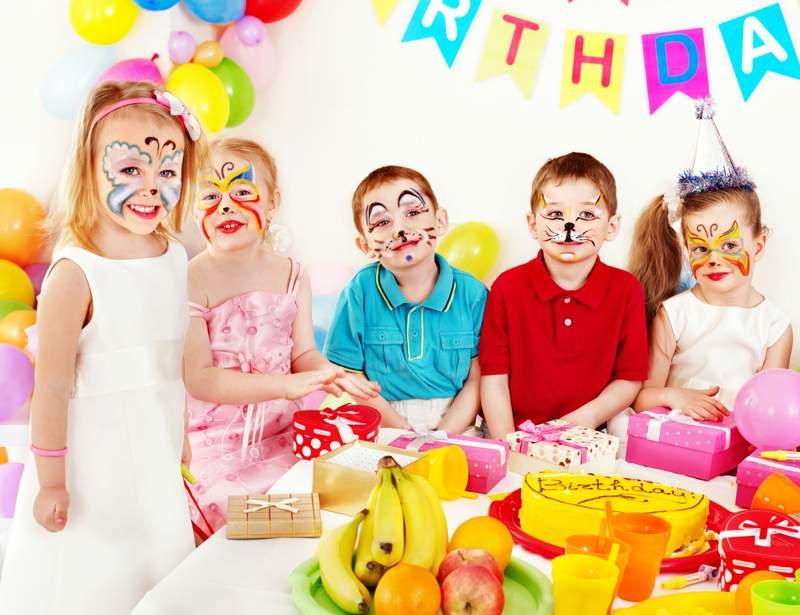 niños celebrando un pintacaras