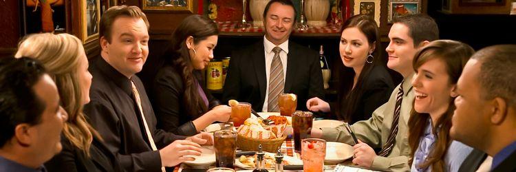 grupo de amigos celebrando cena de jubilacion