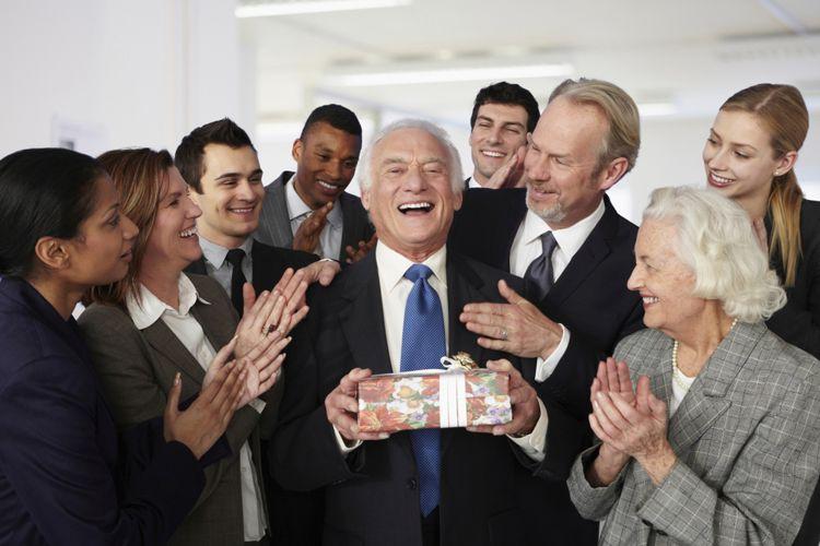 compañeros de trabajo festejando celebracion de jubilacion
